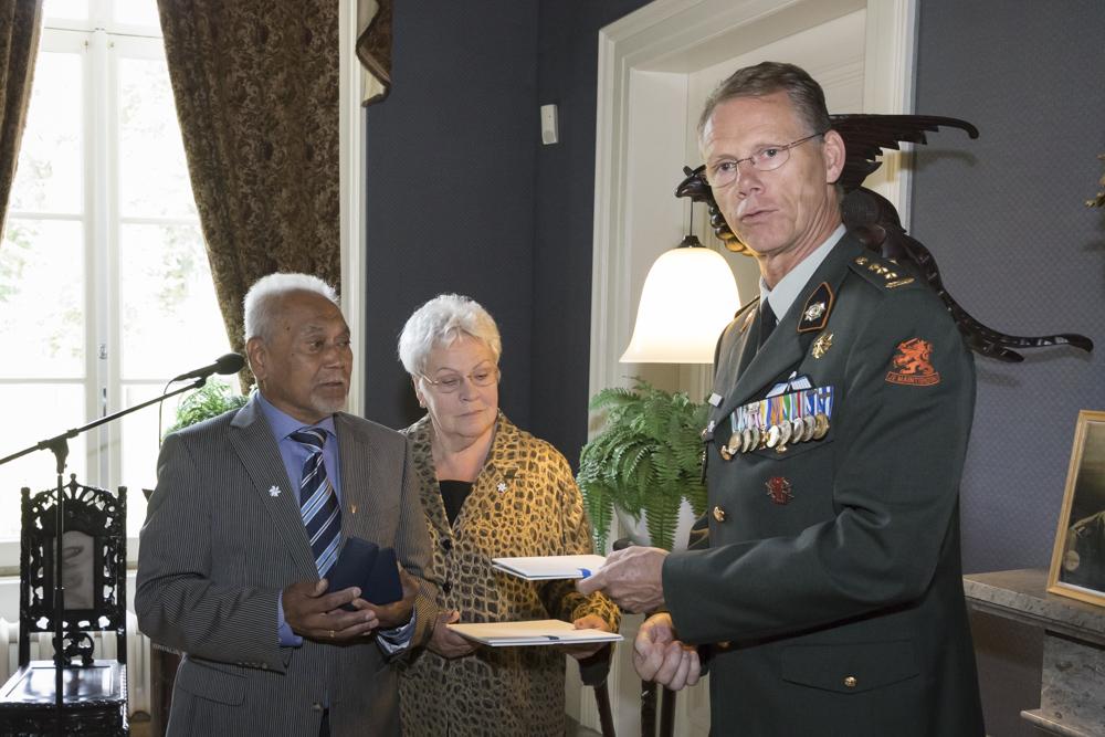 Uitreiking militaire onderscheidingen op Bronbeek