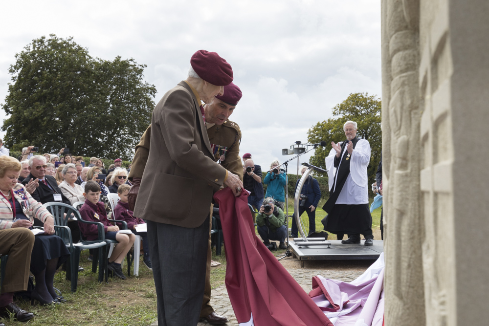 Photo report unveiling memorial 10th Battalion Parachute Regiment