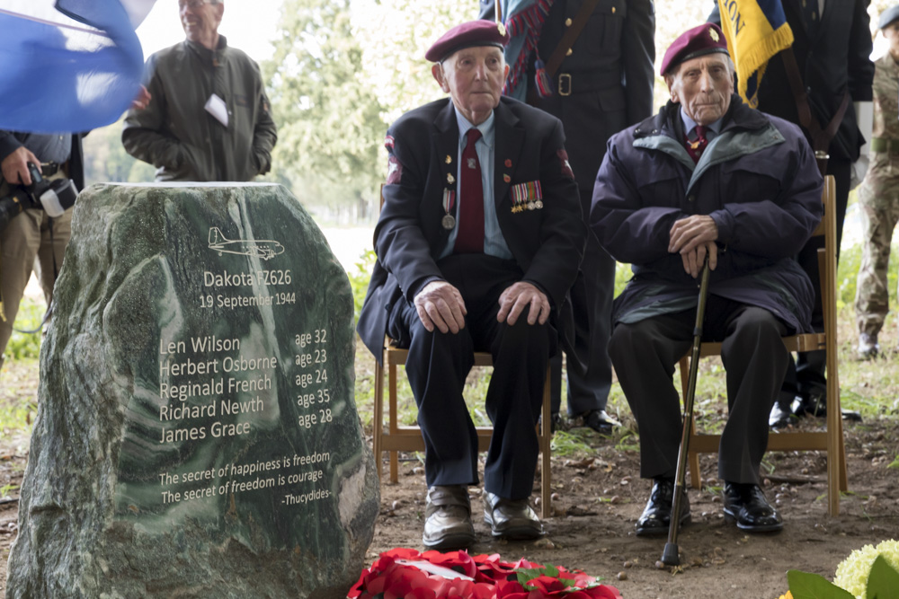 Fotoverslag onthulling monument Dakota FZ626 te Arnhem