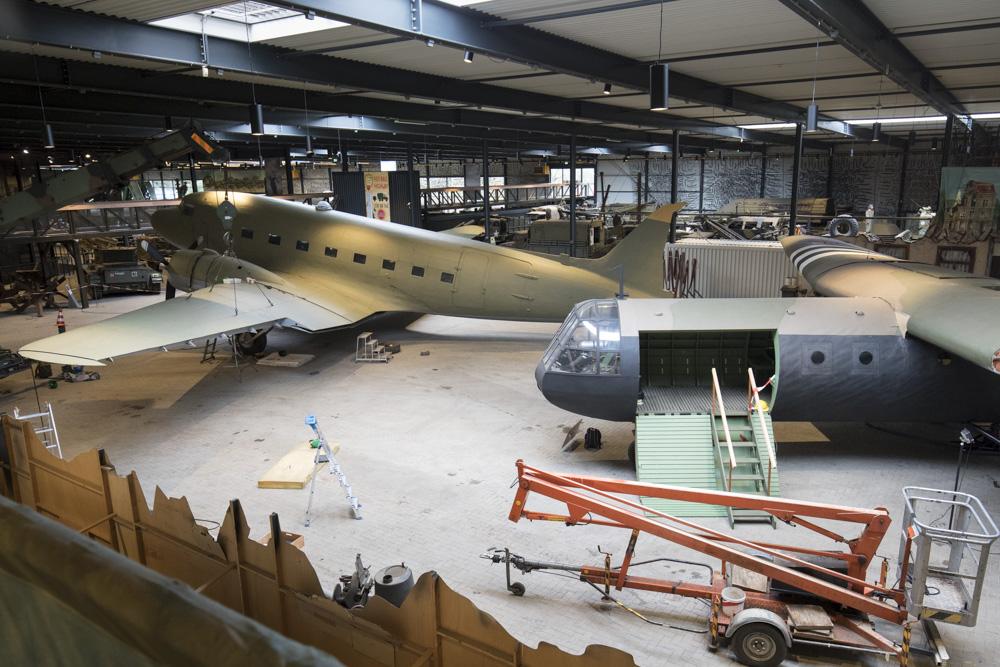 Opbouw Dakota en Horsa glider in Museum Overloon