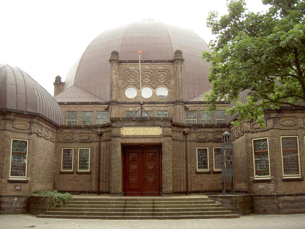 Twentse razzia van 1941 herdacht bij synagoge in Enschede: 'Het gevaar loert nog steeds'