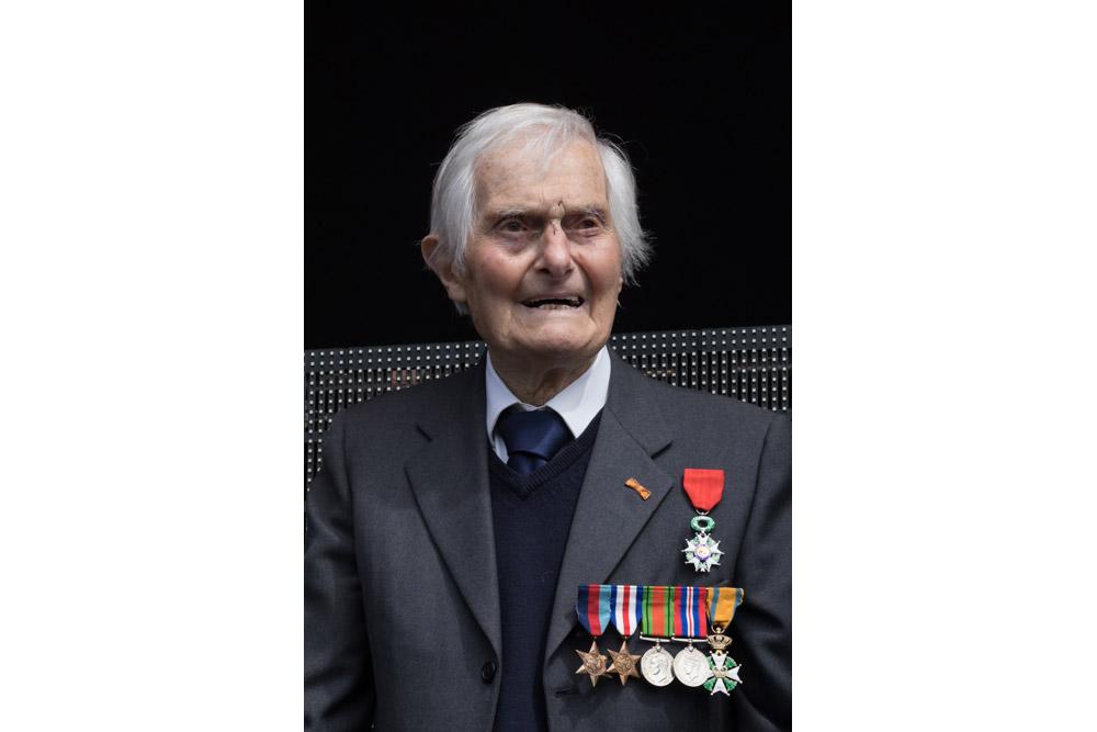 14-05: Ridder der  Militaire Willemsorde Kenneth Mayhew overleden.